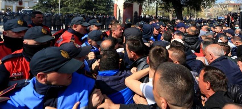 Ταραχές στην <br> Αλβανία Ο λαός <br> ζητεί εκλογές