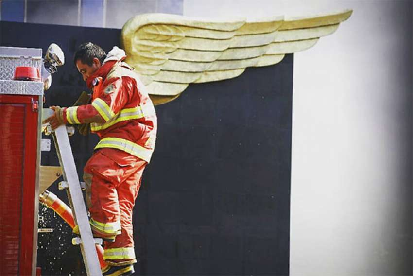 Η φωτογραφία της <br> χρονιάς! Ο πυροσβέστης <br> με τα...φτερά αγγέλου