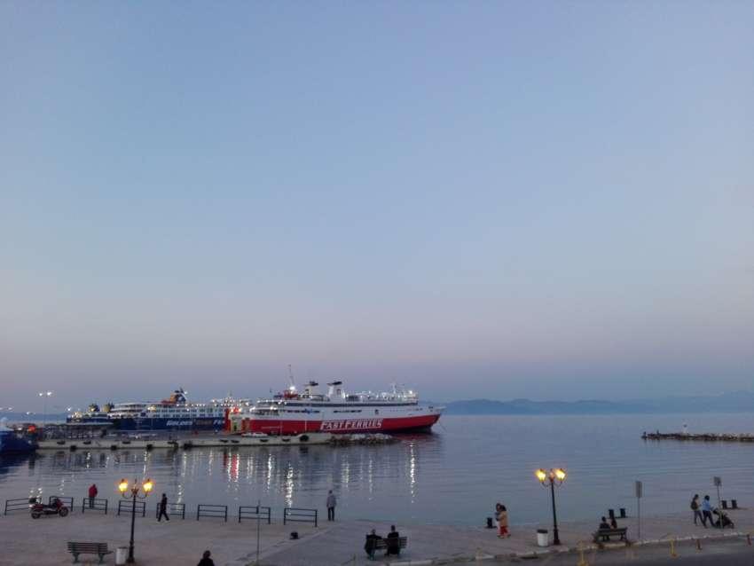 ''Ζωγραφιά'' το <br> λιμάνι της Ραφήνας <br> στο σούρουπο (εικόνα)