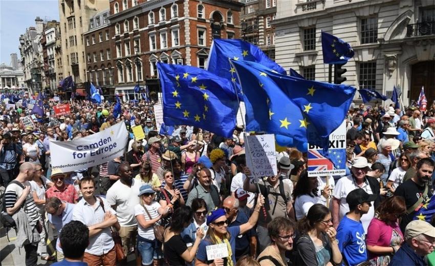 Οι Άγγλοι ζητούν <br> δημοψήφισμα για <br> το δημοψήφισμα