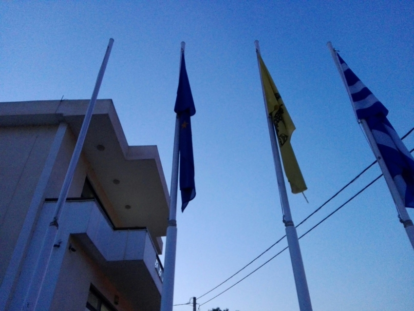 ''Ορφανός'' ο ένας <br> ιστός έξω από <br> το δημαρχείο (εικόνα)