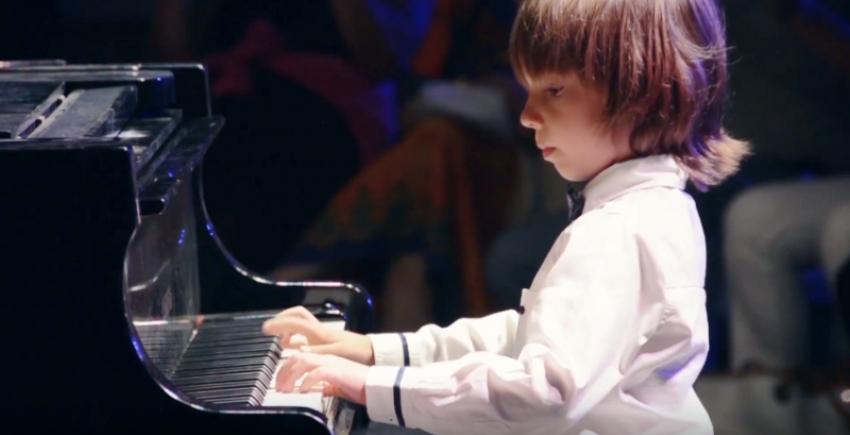 Παγκόσμιο φαινόμενο <br> ο 6χρονος πιανίστας <br> από τη Νέα Μάκρη